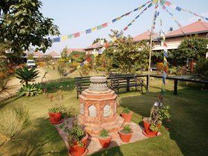De tuin van het dagcentrum en de school